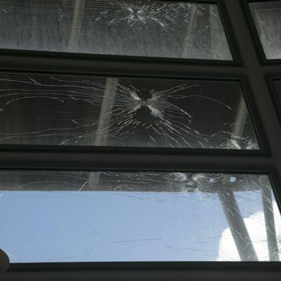 Autores de tiroteo al Choliseo viajaron en vehículo rojo