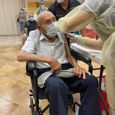 Vacunan en Hormigueros a anciano de 105 años