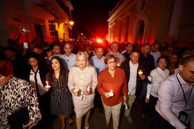Cientos se unen a cantar Las Mañanitas