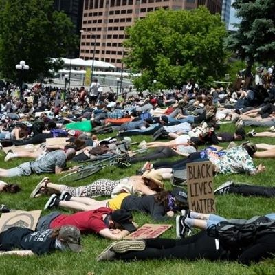 Manifestantes en Denver rinden honor a George Floyd