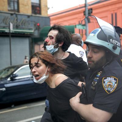 Agreden a reportero de Fox News durante protesta en EEUU