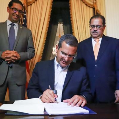 El gobernador Pierluisi firma el proyecto 1003 sobre la ley que viabiliza el Plan de Ajuste de la Deuda