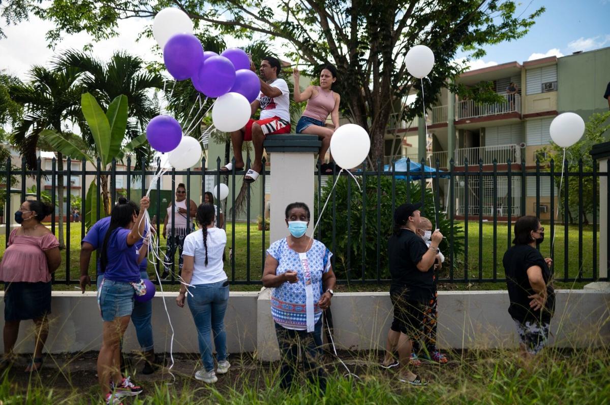 Vecinos de Keishla la despiden con globos