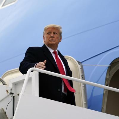 Trump indulta a su exjefe de estrategia y a docenas más