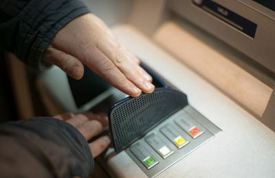 Radican cargos a hombre que robó dinero de cuentas bancarias