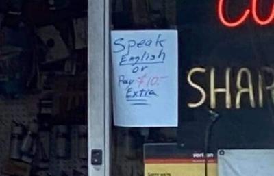 Tienda cobra 10 dólares a clientes que no hablen inglés