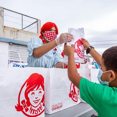 Wendy's dona alimentos en comunidades afectadas por crisis