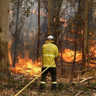 Australia: Incendios destruyen casas y lesionan a bomberos