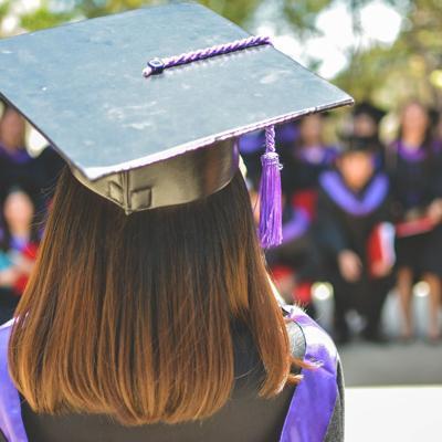 Alcalde de Camuy entrega incentivo a graduandos de octavo grado