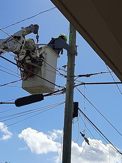 Reparan luminaria deteriorada en Arecibo
