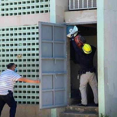 Agentes incursionan en complejo de residenciales en Arecibo