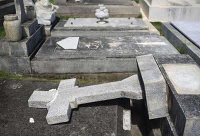 Investigan vandalismo en cementerio en Santurce