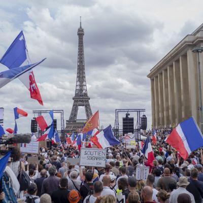 Emmanuel Macron llama a la unidad tras protestas contra las vacunas