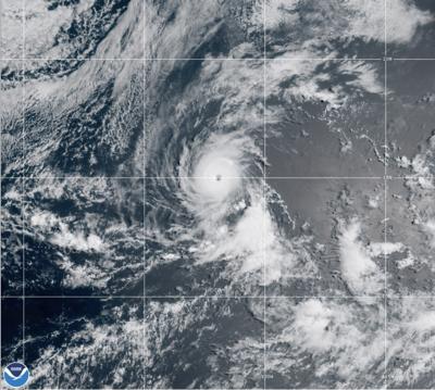 El huracán Felicia gana fuerza frente a la costa mexicana