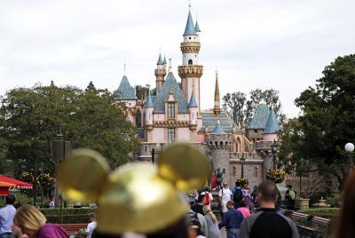 Imputan a un hombre por acosar menores en Disney