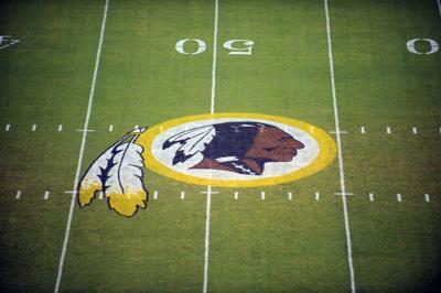 Redskins evalúan su nombre en medio de debate por racismo