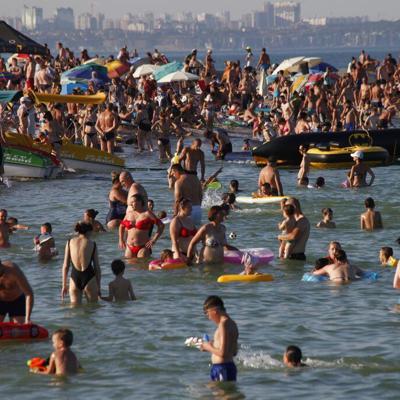 Ignoran medidas contra el coronavirus en playas de Rusia y Ucrania