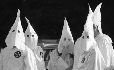 Suspenden exhibición de arte por pintura de miembros del Ku Klux Klan