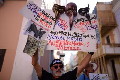 Maestros pensionados protestan en La Fortaleza