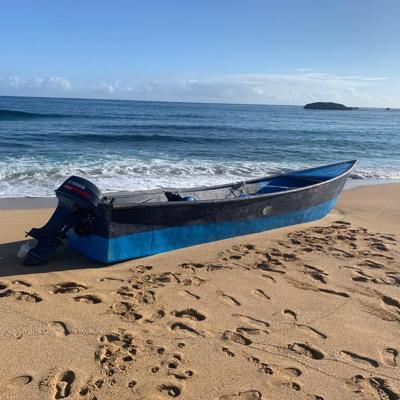 Hallan embarcación abandonada en playa de Arecibo
