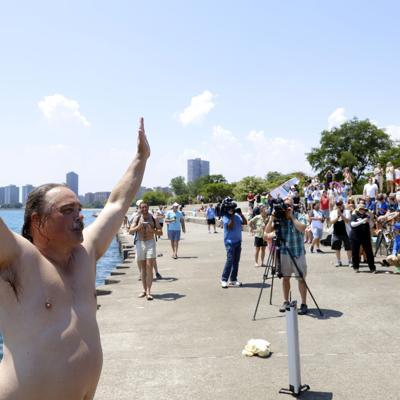 Un hombre cumple un año saltando diariamente al Lago Michigan