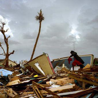Sobrevivientes en Bahamas esperan a planes de reconstrucción