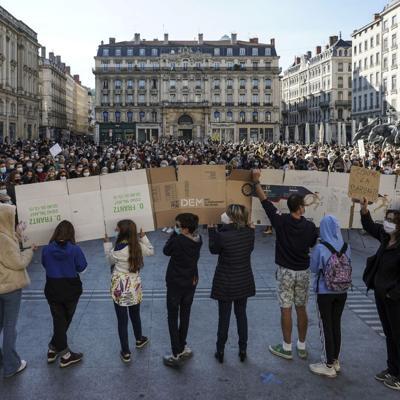 Marchan en Francia para honrar a maestro decapitado