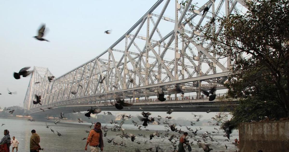 Ilusionista desaparece tras sumergirse encadenado en el río Ganges