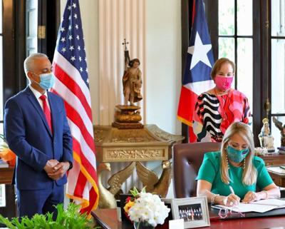Gobernadora firma ley para acceso a tratamiento y diagnóstico de pacientes con cáncer