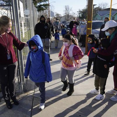 Acuerdan regreso de alumnos a las aulas en California