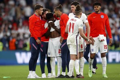 Insultos y ataques racistas contra tres jugadores de fútbol crean revuelo en Inglaterra