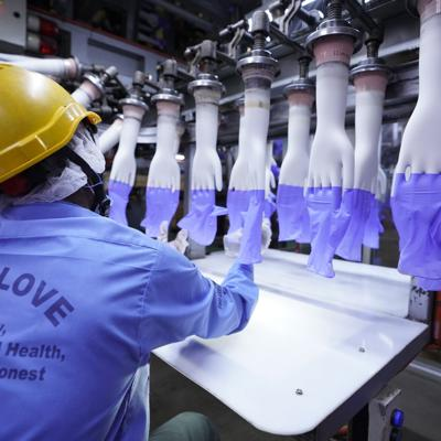 Virus causa demora en primer fabricante mundial de guantes