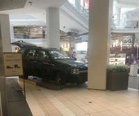 Acusan de terrorismo a hombre que condujo vehículo en centro comercial