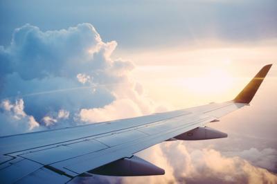 Pareja se baja del avión por tobogán de emergencia