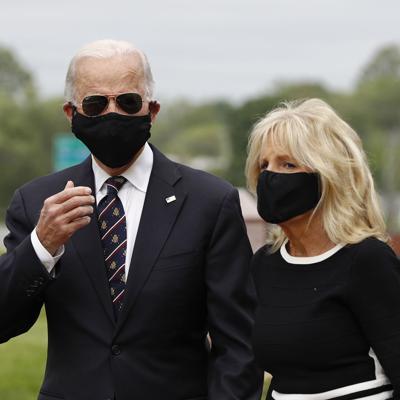 Trump se burla de Biden por usar mascarilla en público