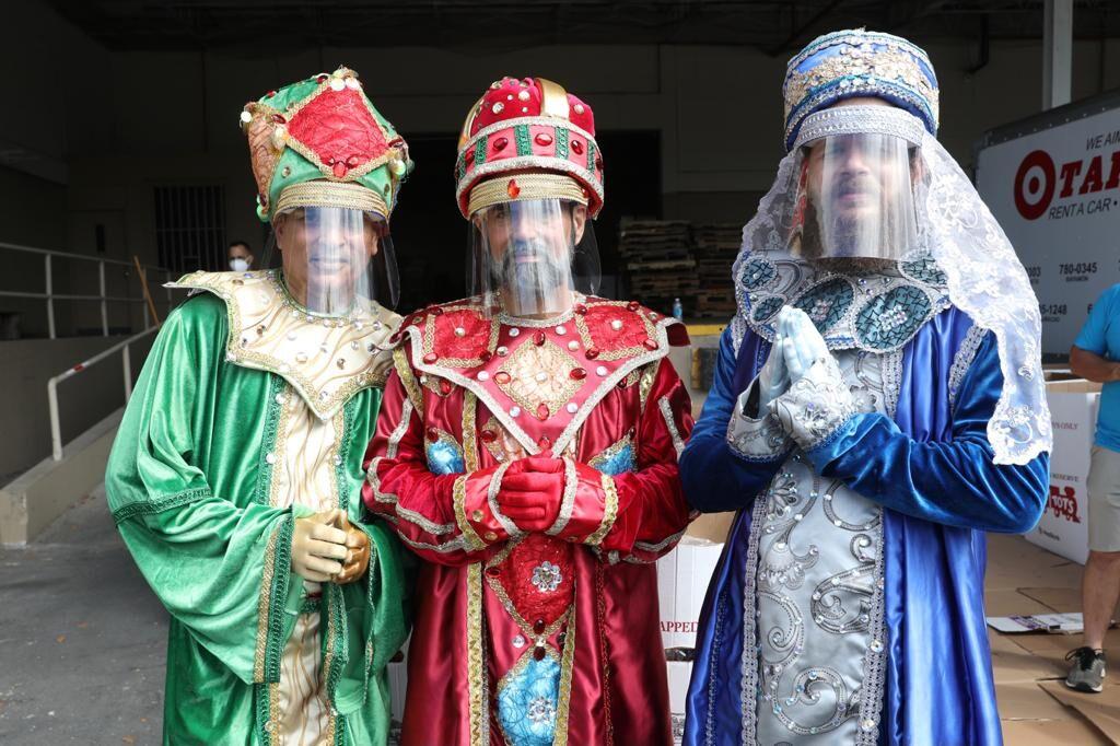 Reyes Magos entregan regalos en Bayamón