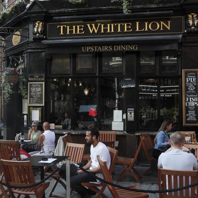 Liga de Inglaterra adelanta los horarios para salir antes de los pubs