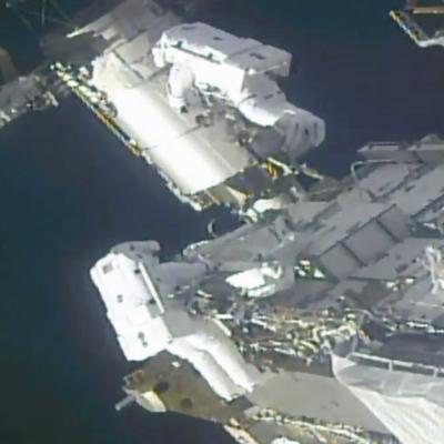 Astronautas preparan la EEl para nuevas placas solares