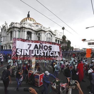 Centenares de mexicanos protestan por la falta de justicia en el caso de Ayotzinapa