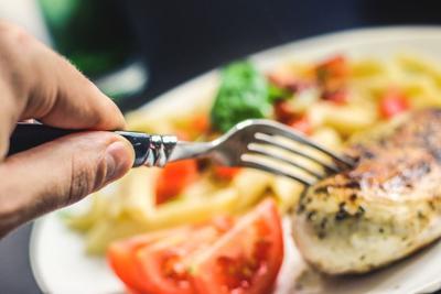 Hombre es acusado de poner testículos en comida de cliente