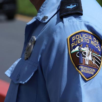 Hurtan pistola de una policía en Levittown