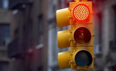 Apuñalan a joven detenido en un semáforo