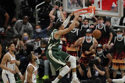 Los Bucks se acercan 2-1 a los Suns en Finales de la NBA