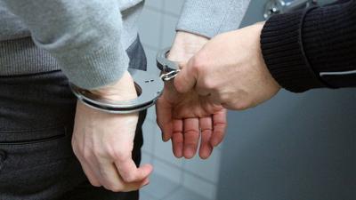 Arrestan a sujeto en medio de allanamiento antidrogas en Santa Isabel