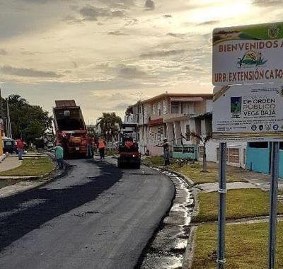 Vega Baja continúa repavimentación de calles y caminos