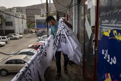 Una tienda de Kabul cambia su mercancía tras auge del Talibán