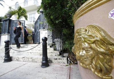 Hallan dos cuerpos en la antigua mansión de Gianni Versace en Miami