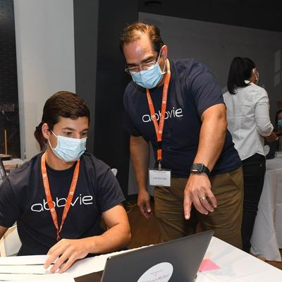 Voluntarios de AbbVie apoyan esfuerzos de entrada de datos de vacunación de Direct Relief