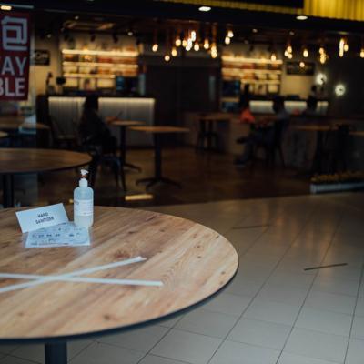 CDC señala riesgos de volver a los restaurantes