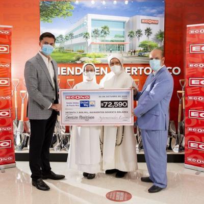 Supermercados Econo entrega donativo a United Way